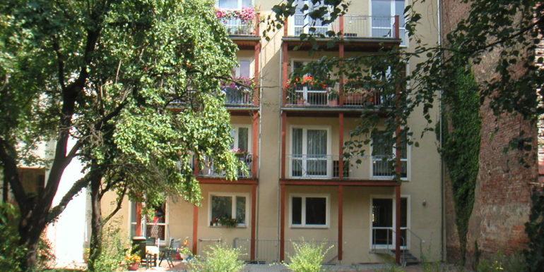 Rückansicht mit Garten und Balkonen