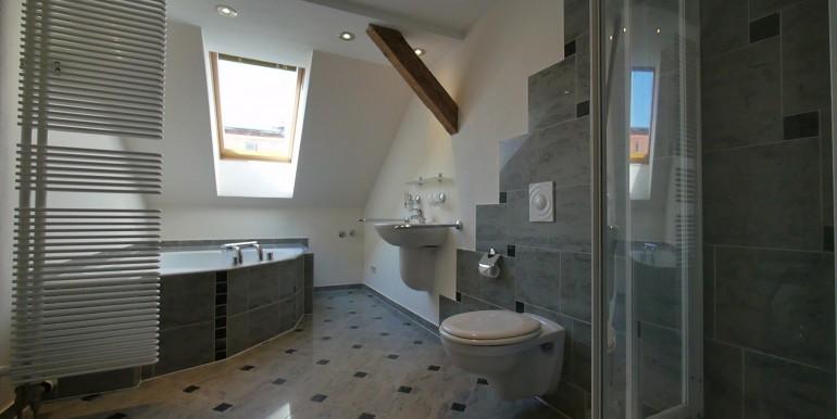 ns-e15-dgrechts-bad-dusche-wanne-fenster-210514